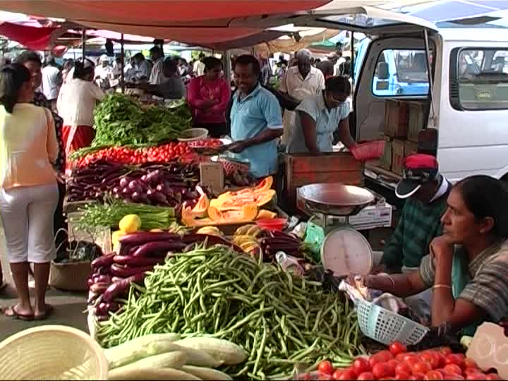 996480940-mahebourg-marchand-de-legumes-marche-de-fruits-et-legumes-vendeur-a-l'etalage